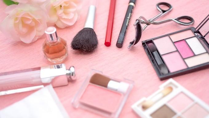 ビューラーやフェイスブラシ、アイシャドウやチークなど化粧品小物、コスメグッズの画像