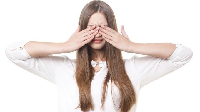 顔を両手で隠す女性の画像