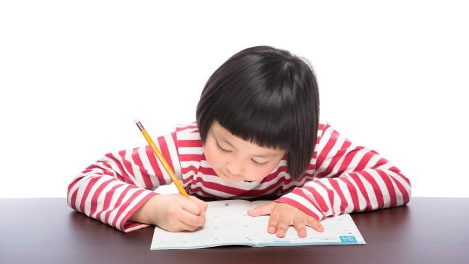 勉強する子供、女の子の画像