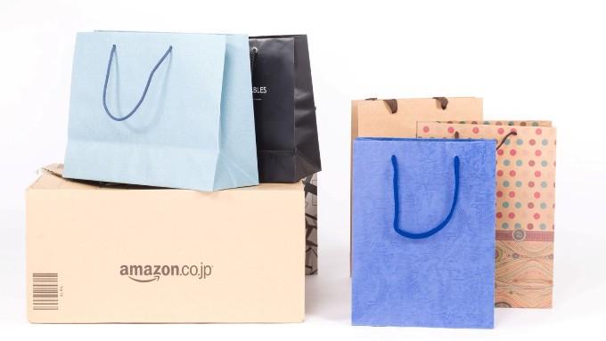 アマゾンのダンボールと百貨店ブランドショップの買い物袋の画像