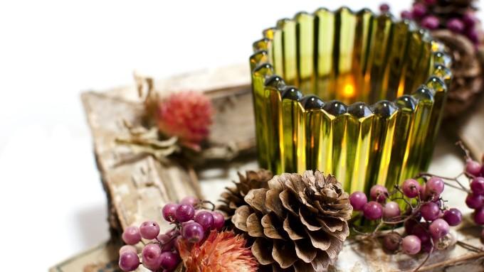 造花と瓶、アロマキャンドルの画像