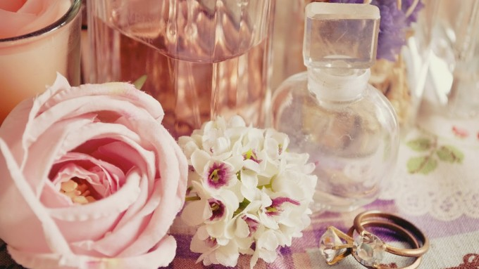 花と香水、小瓶やアロマキャンドルの画像