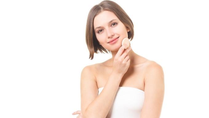 化粧パフを手に持つ女性の画像