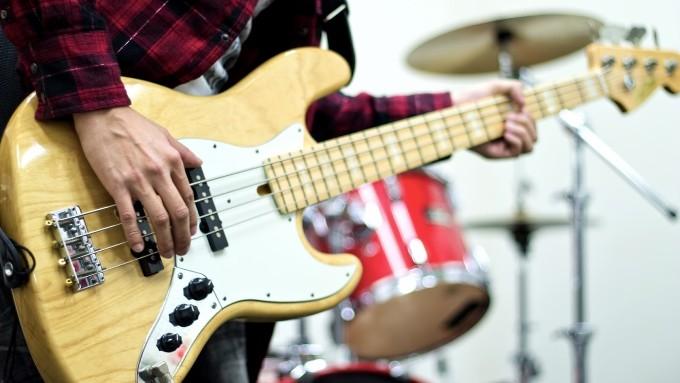 スタジオ練習、楽器を演奏する画像