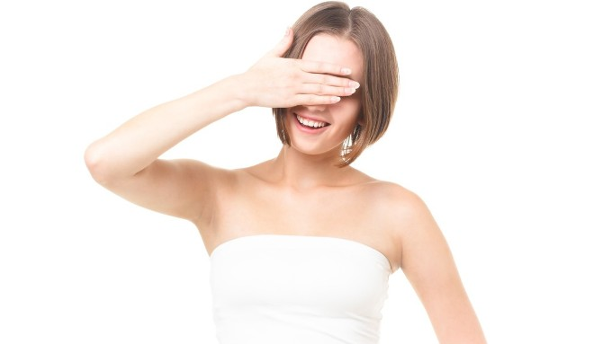 顔を手で隠す女性の画像