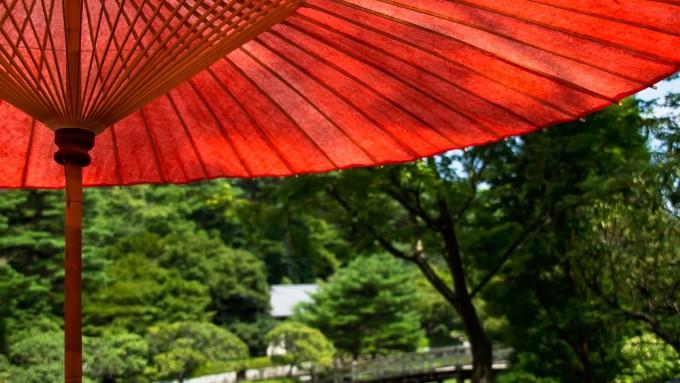 赤い傘と日本庭園の画像