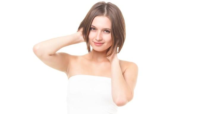 髪と首を触る気分の良さそうな女性の画像