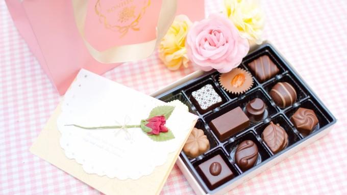 チョコレートと手紙と花、箱と紙袋の画像