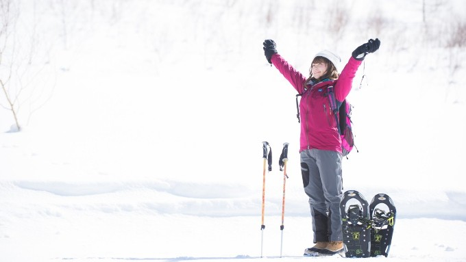 雪山でスキー、トレッキングする女性の画像