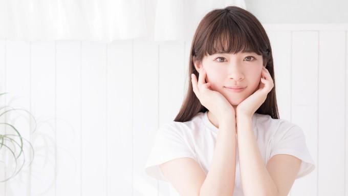 色白ブルべ肌の女性の画像
