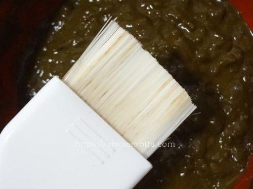 刷毛とお皿に入れたヘナ100と木藍をお湯で混ぜ合わせた画像