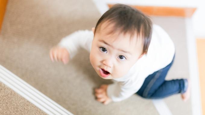 階段をのぼる赤ちゃんの画像