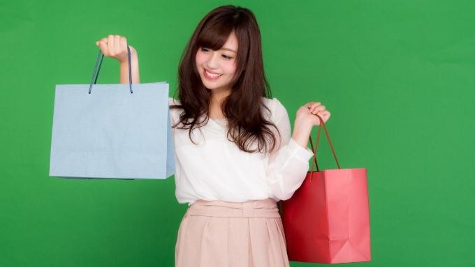 ショッピング買い物袋を持つ笑顔の女性の画像