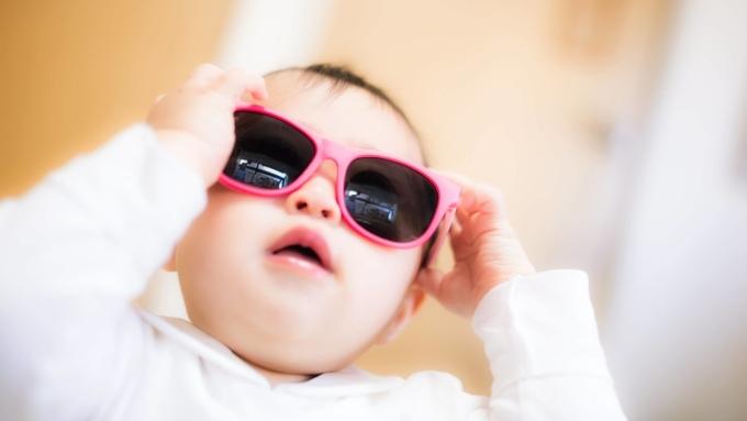 サングラスをかける赤ちゃんの画像