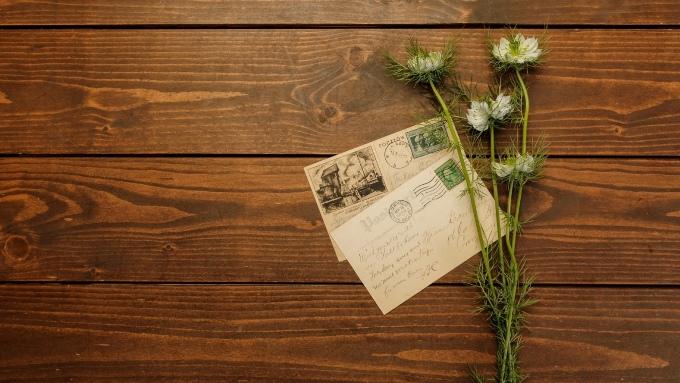 手紙と花の画像