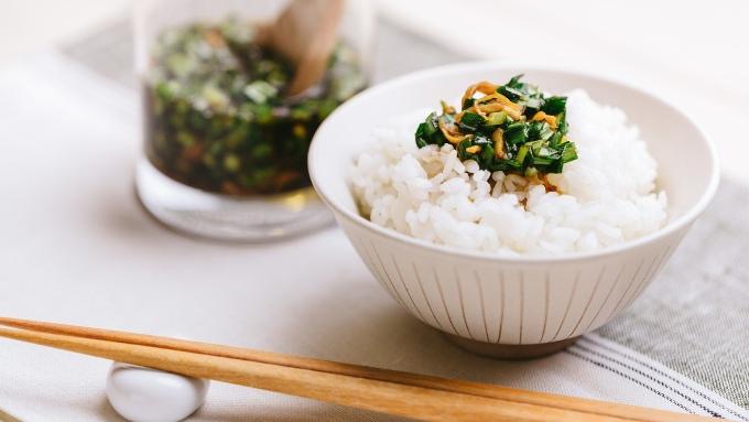 にら醤油と白いお米のご飯、箸の画像