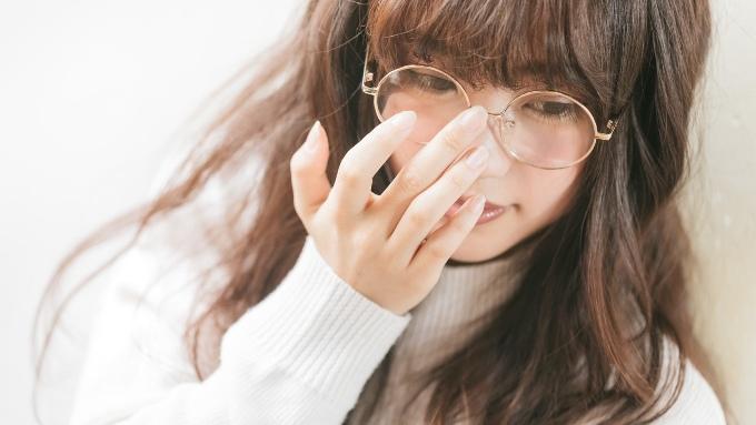 眼鏡をかけた女性の画像
