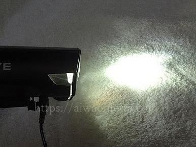 自転車ライトキャッツアイの明かりをつけた画像