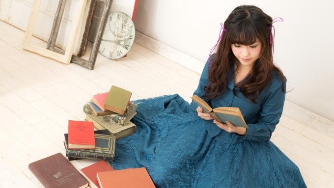 リビングで読書を楽しむ女性の画像