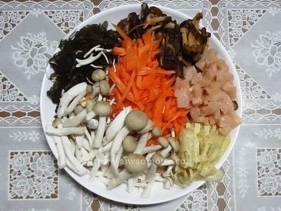 混ぜご飯の材料、鶏肉にんじん干しシイタケ昆布しめじの画像