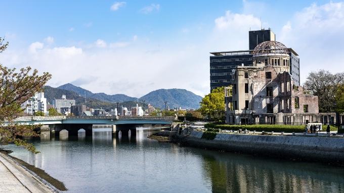 広島の原爆ドームと川と橋の画像