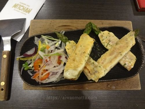 広島みっちゃん(雅)のアスパラ巻きとサラダの画像