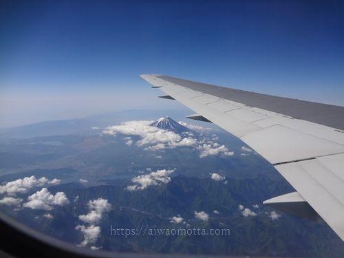 飛行機の窓から見た翼と富士山の画像