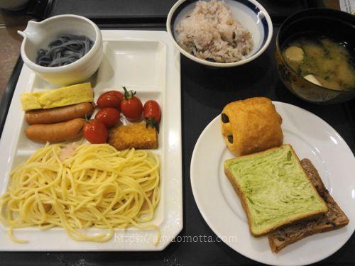 ホテルみや離宮の朝食バイキング、パスタ、ソーセージ、卵焼き、パンに五穀米?の画像