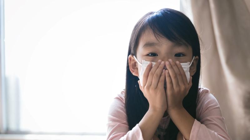 マスクをつけた小さい女の子の画像