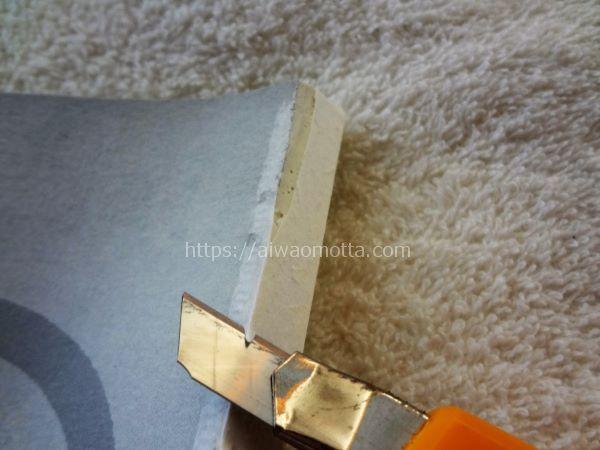 自炊本の裁断方法・カッターでのり部分を削る画像